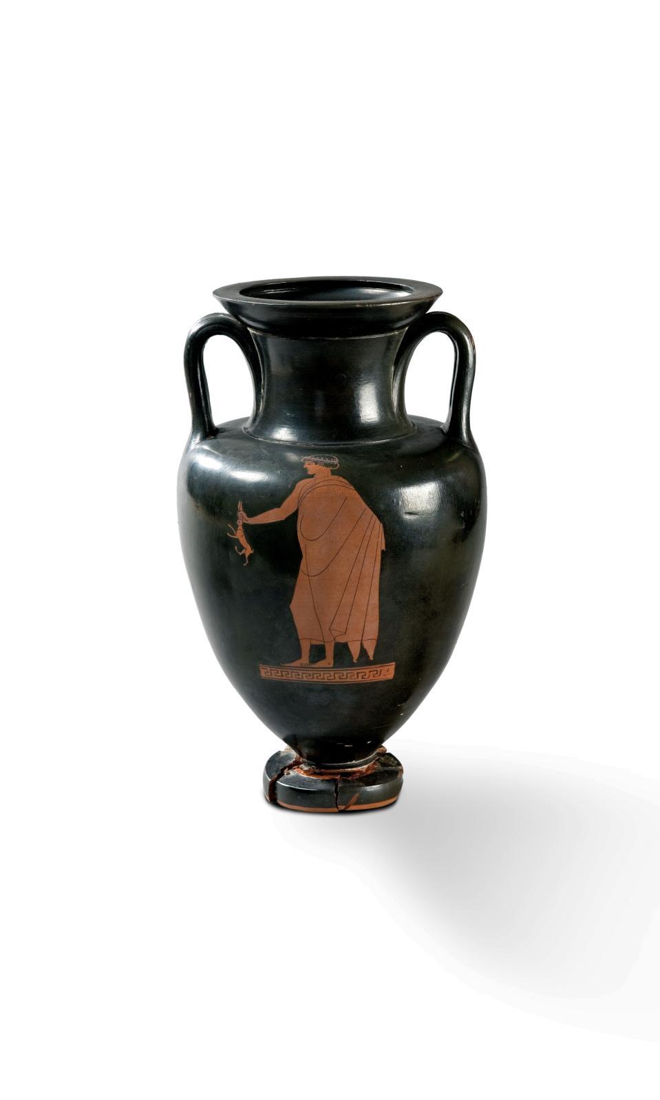 Grèce, vers 480-470 av. J.-C., attribuée au Peintre de Dutuit. Amphore attique à figures rouges, décorée d'un éphèbe d'un côté et d'un Éros de l'autre
