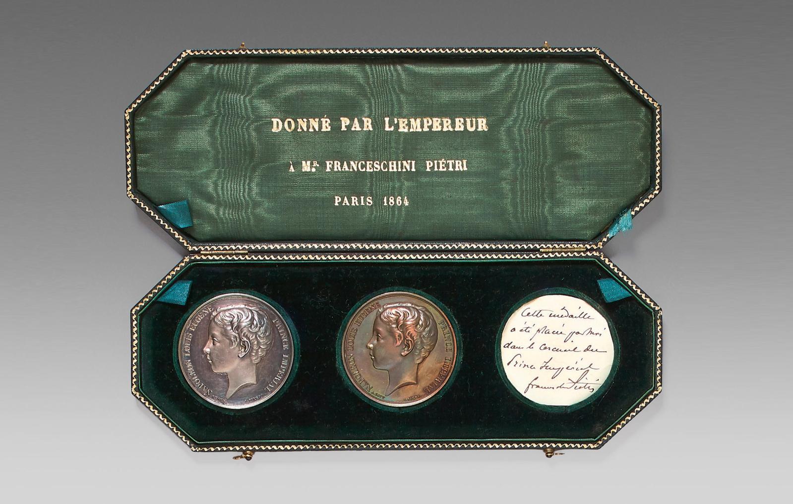 Coffret souvenir du prince impérial, contenant deux médailles, une en argent et une en bronze, avers au profil du prince impérial par A.Bovy et J. Pe