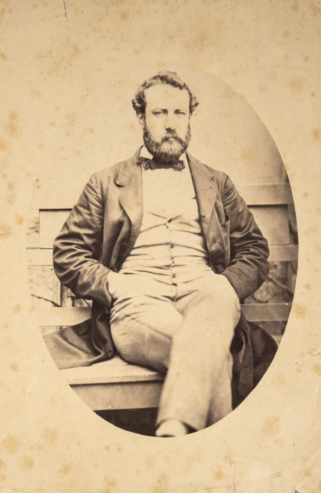 Anonyme, Jules Verne vers 1856, tirage original sur papier ciré, 15x10cm. Estimation: 1500/2000€