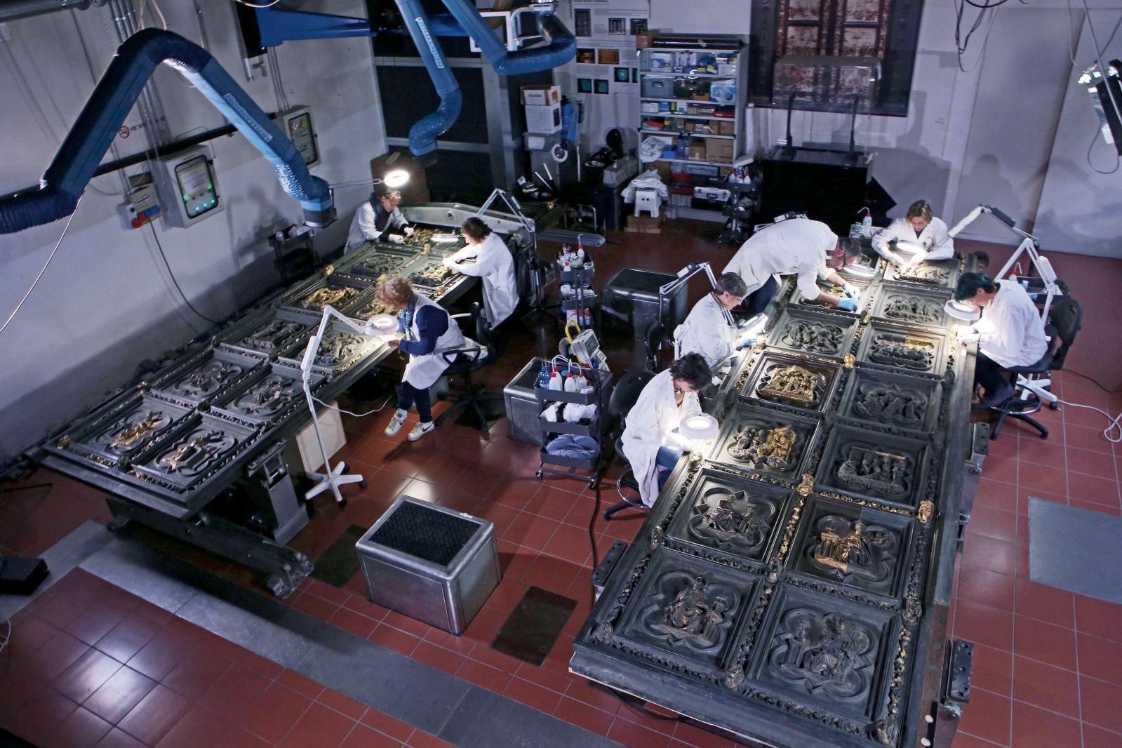 Laboratoire de bronze, restauration des portes du baptistère Saint-Jean, Florence. DR