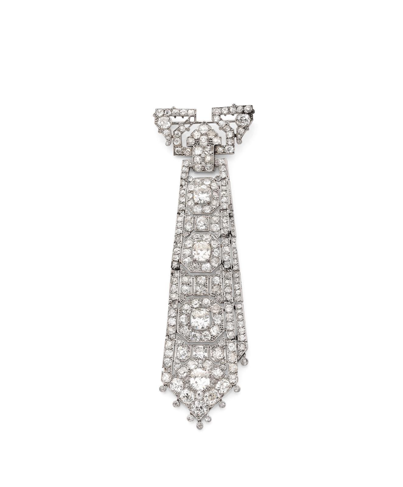107610€ s'affichaient pour cette création de Cartier des années1930. D'une hauteur d'environ 12cm, d'un poids brut de 35,10g, cette broche cravat