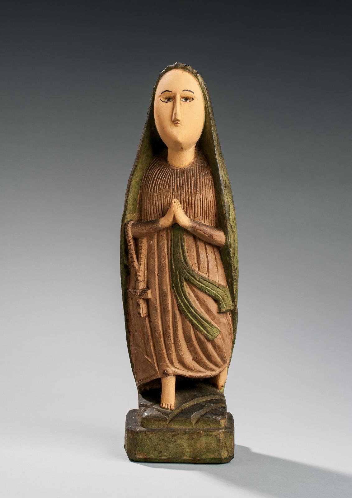 Statue ayant pour sujet Notre-Dame de Lourdes, années 1930, bois polychromé, 37x12x10,5cm, culture kongo (Woyo).
