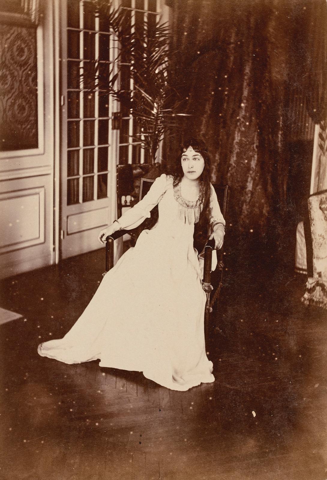 Photographe non identifié, Marie Finaly, que Proust courtisa à Trouville, lui trouvant «l'air peinte par Dante Rossetti».