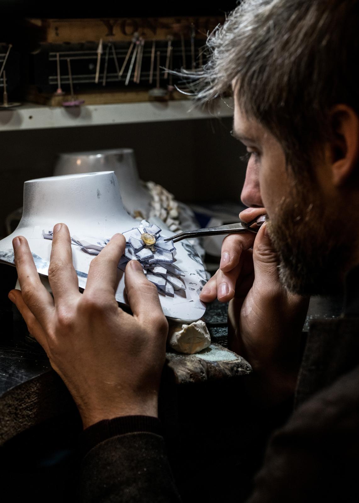 Jothi-Sèroj travaillant sur la maquette en bois d'un collier de la collection de haute joaillerie «Rubeus».