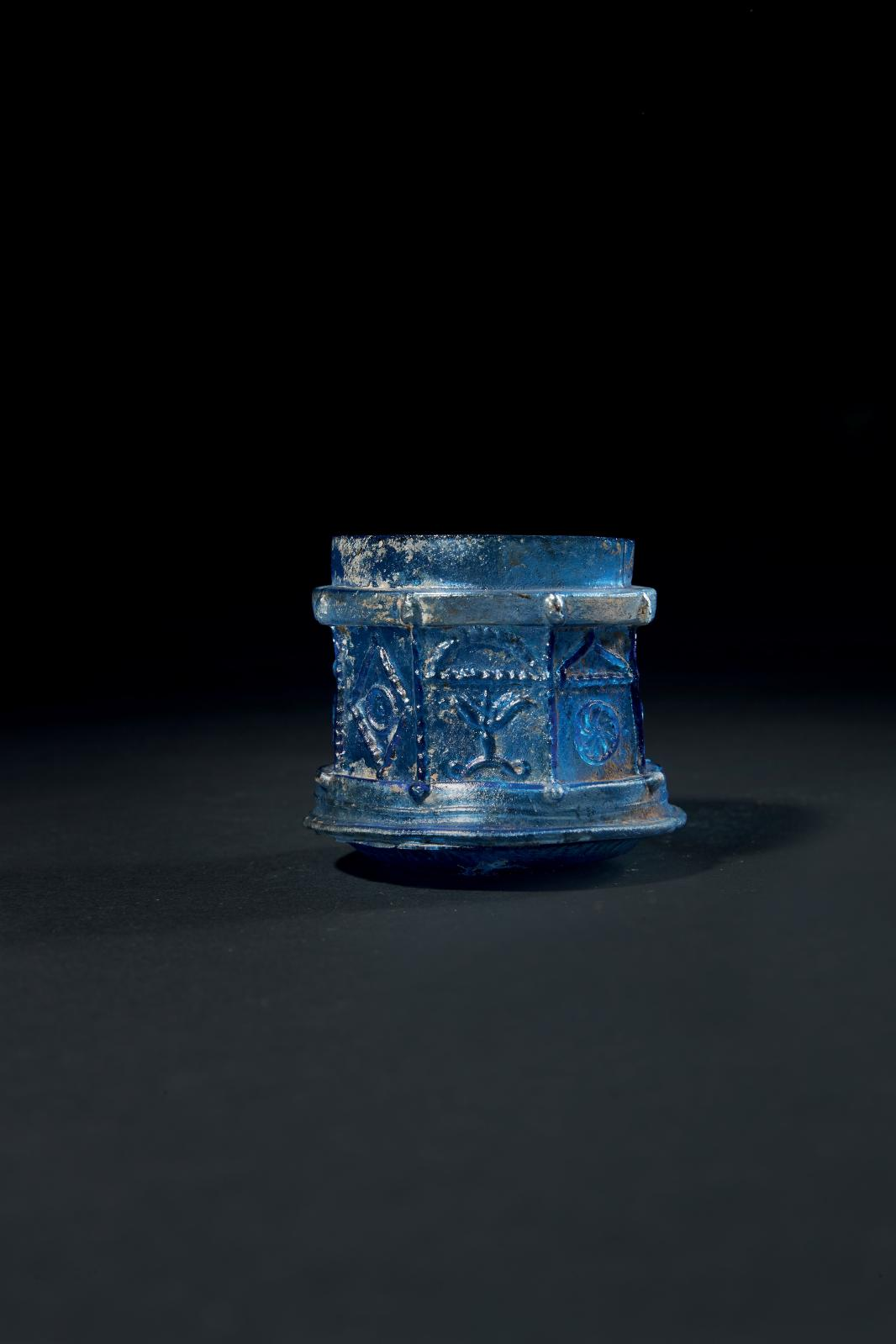 Côte du Levant, Sidon, début du Iersiècle. Pyxide en verre bleu profond, le corps octogonal soufflé dans un moule trivalve, attribuable à l'atelier d