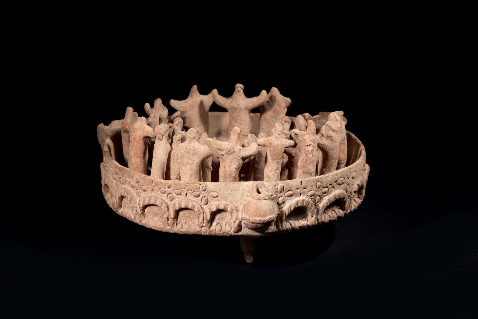 Perse, Ier millénaire av. J.-C. Scène de culte, groupe modelé en terre cuite agencé dans un bassin circulaire, h.20cm, diam.40cm.Estimation: 260