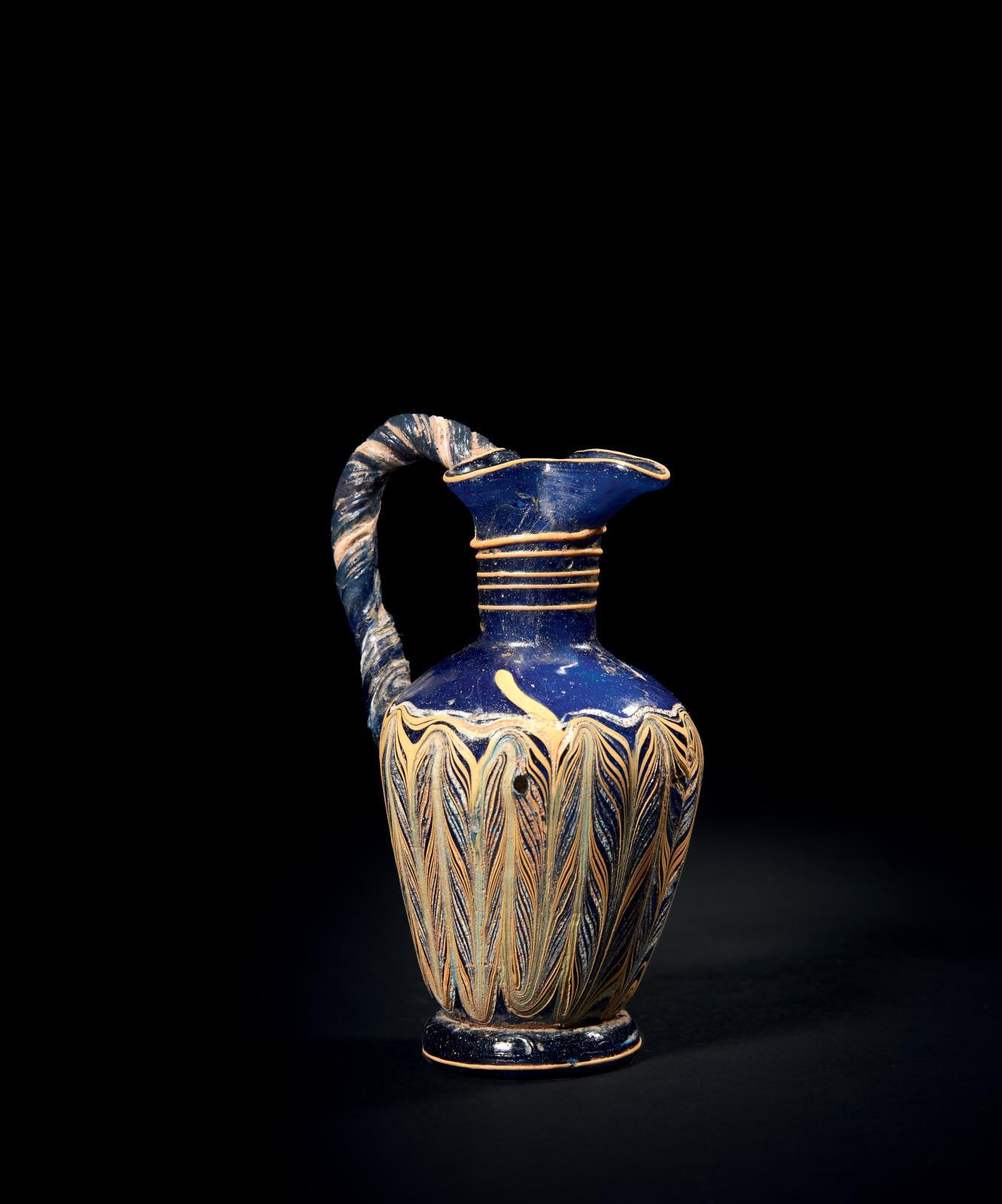 Méditerranée orientale, milieu du IVe-fin du IIIesiècle av. J.-C. Oenochoé en verre sur noyau, type Harden, groupe2, forme7, embouchure tréflée, an