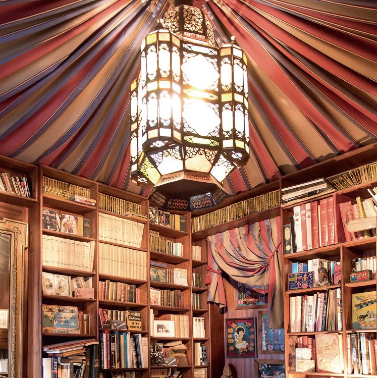 La bibliothèque orientale de Serge Moati. ©Éditions Place des Victoires.
