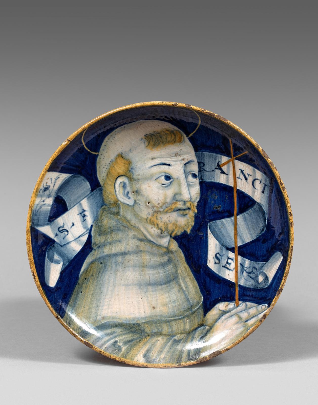 Casteldurante ou duché d'Urbino, vers 1525-1530. Coupe ronde à petit piédouche, décor polychrome du buste de trois quarts d'un moine, inscription: «S