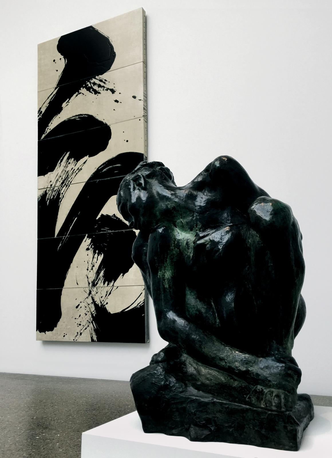L'Existant, de Fabienne Verdier (née en 1962), et La Femme accroupie d'Auguste Rodin (1840-1917) lors de l'exposition de groupe «The Looser Collection