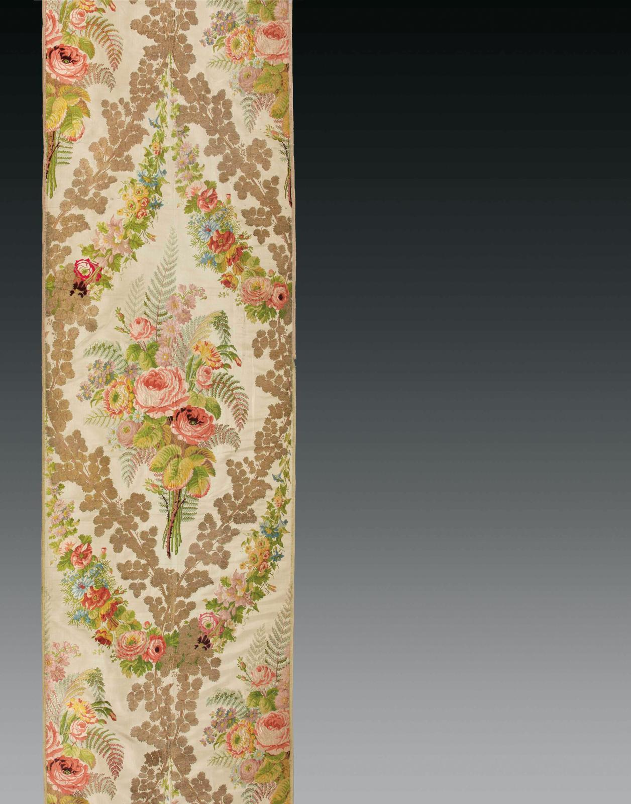 Camille Pernon (1753-1808). Tenture du meuble d'été de la chambre de LouisXVI à Versailles, lampas fond gros de Tours blanc, broché de fleurs en soie