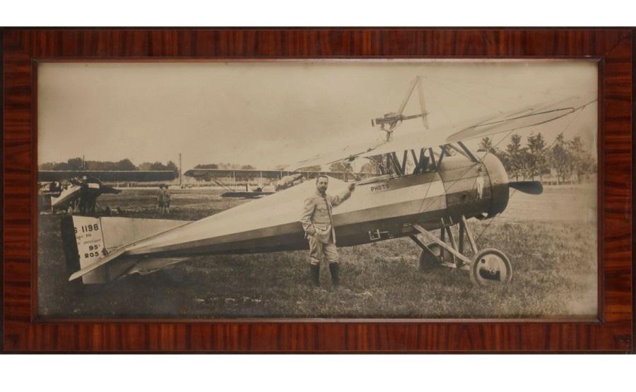 650€Vers 1910. Le Pilote et son avion, épreuve argentique dans son cadre d'origine, 48,5x104cm.Drouot, 16mars2016. AderOVV.