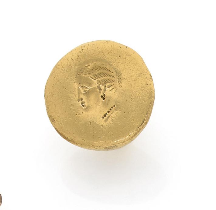 Début de l'art hellénistique, fin du IVe siècle av. J.-C. Bague dont le chaton est gravé d'un profil féminin, or, poids brut 19,6 g. Adjugé: 26000€
