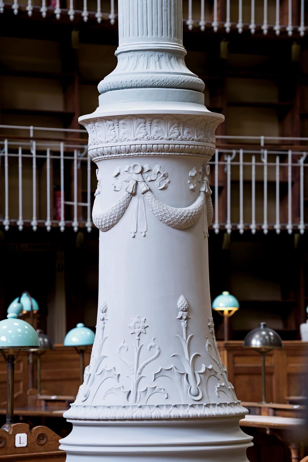 La base d'une des seize colonnes en fonte soutenant les neuf coupoles.