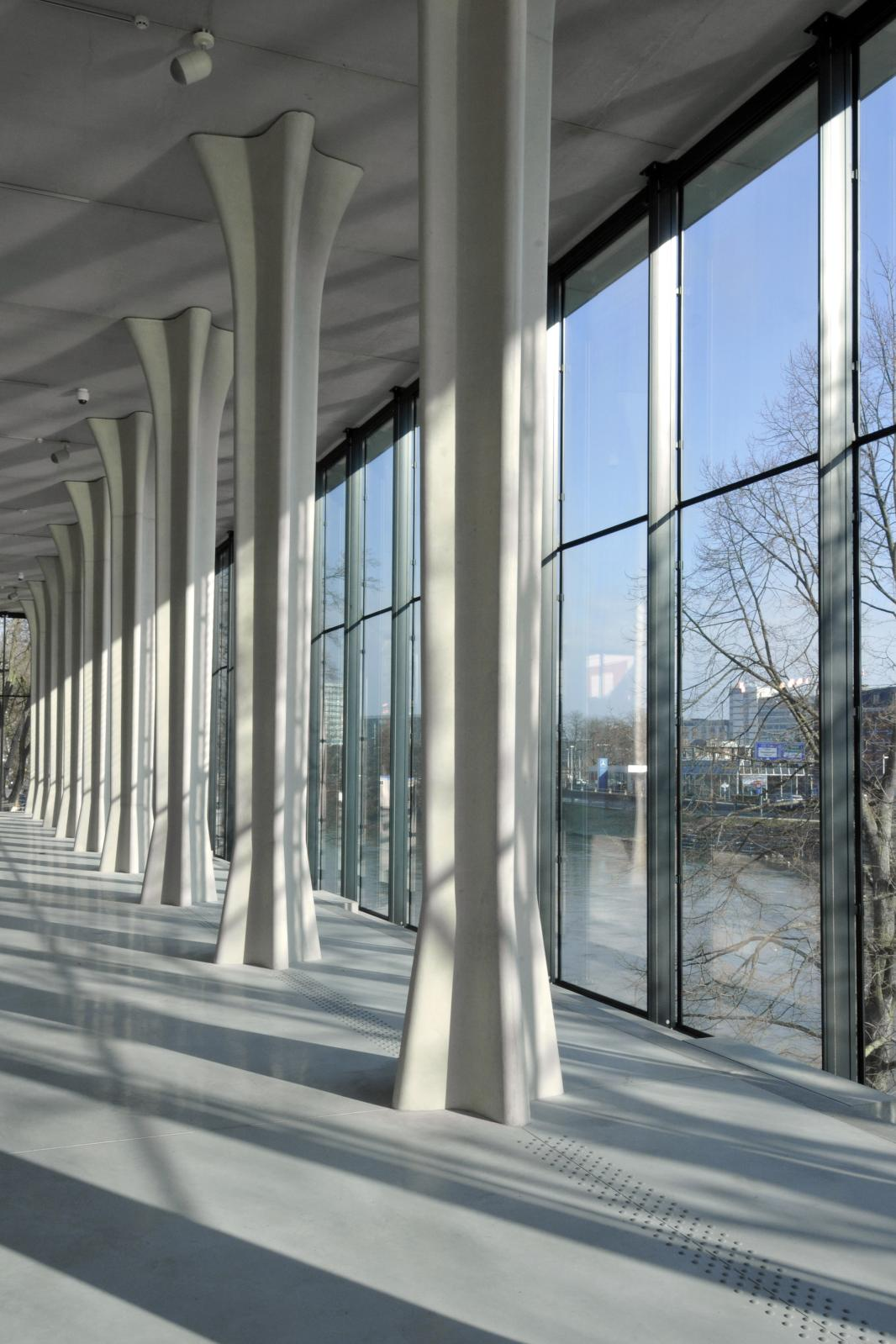 Vue intérieure extension Ricciotti, colonnade et vue fleuve.