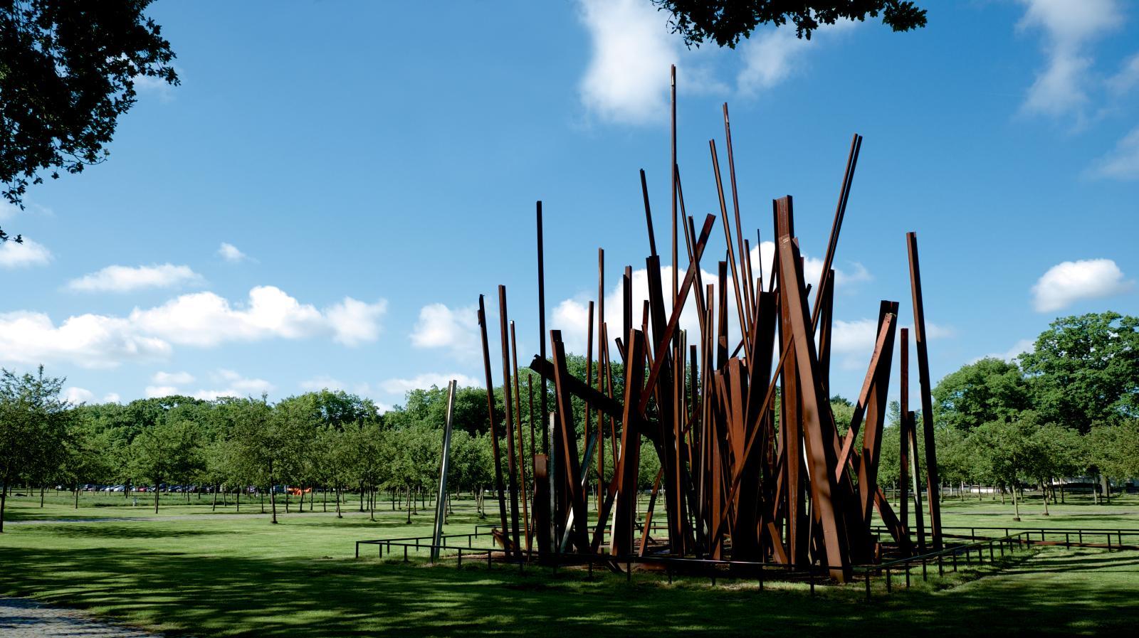 Le Middelheim s'enrichit constamment d'œuvres nouvelles, telle cette sculpture de Chris Burden, Beam Drop Antwerp, 2009.