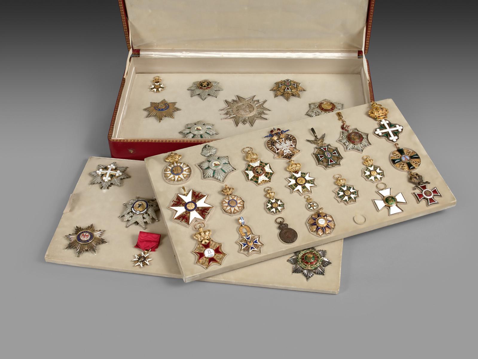 119510€ honoraient l'écrin des décorations de Marie Jean Pierre Hubert, 2e duc de Cambacérès(1798-1881), recouvert de maroquin rouge décoré à l'or