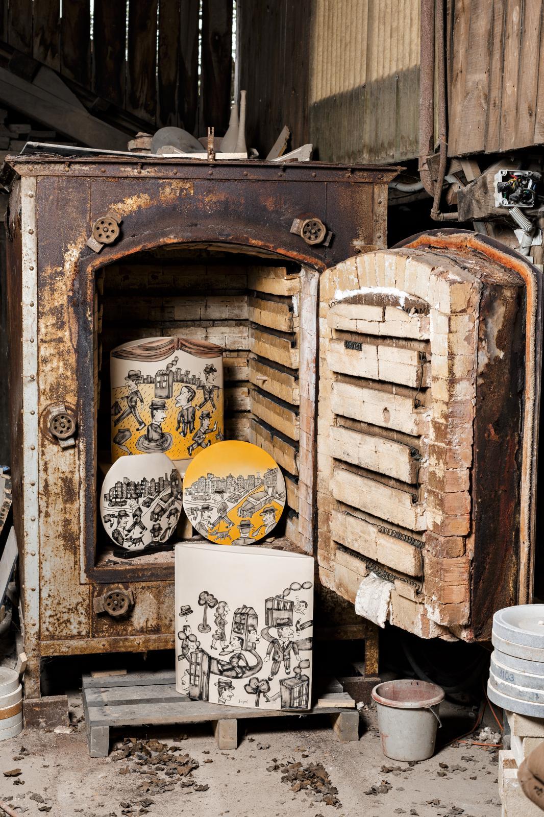 Des céramiques d'Antonio Seguí présentées dans l'un des fours de la Tuilerie.