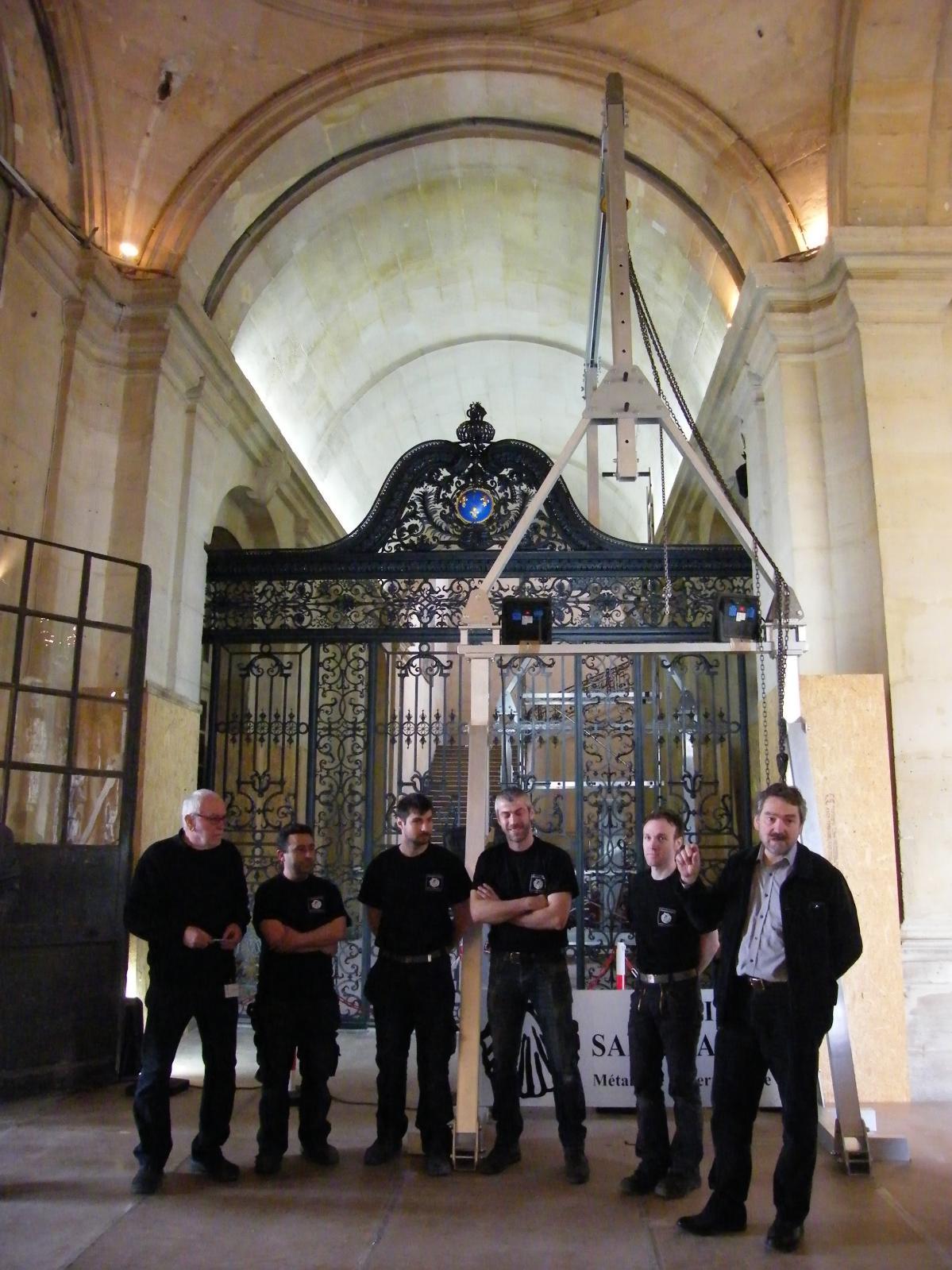 L'équipe de métalliers ferronniers des Ateliers Saint-Jacques le 21avril dernier, jour de la réinstallation de la grille de Pierre Denis dans l'ancie