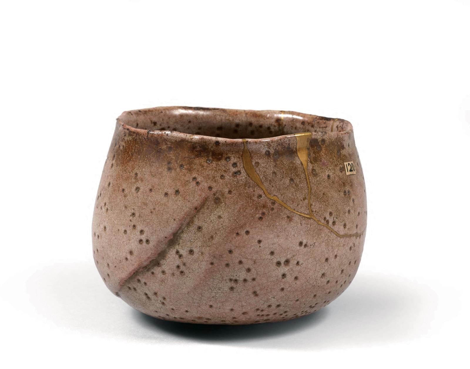 Époque Edo (1603-1868), XVIIesiècle, fours de Hagi. Chawan de forme «rinari» arrondie en grès émaillé beige rosé avec de nombreuses taches, le bord o