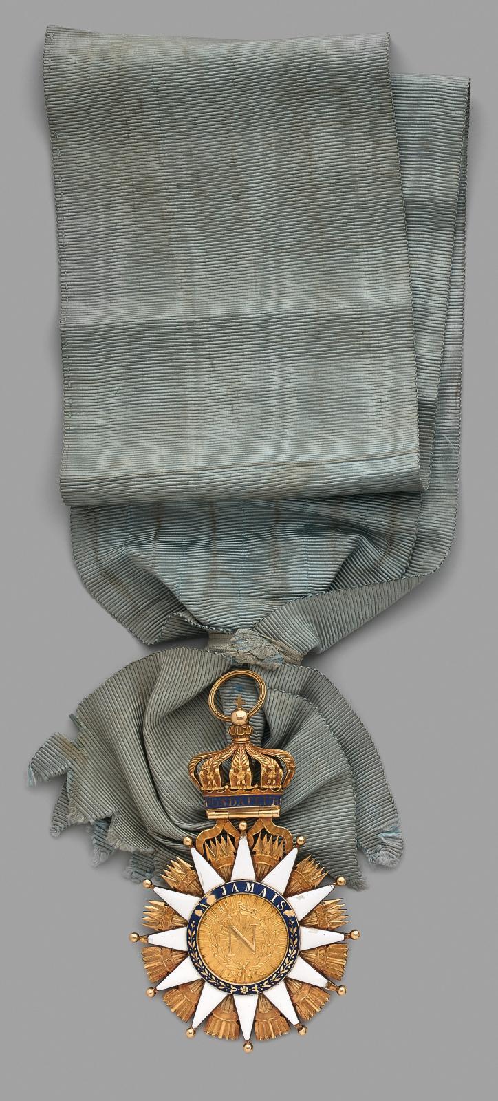 En 1811, par décret, l'empereur NapoléonIer crée l'ordre de la Réunion. Il prévoyait dès l'origine un nombre de deux cents grands-croix, mais la chut