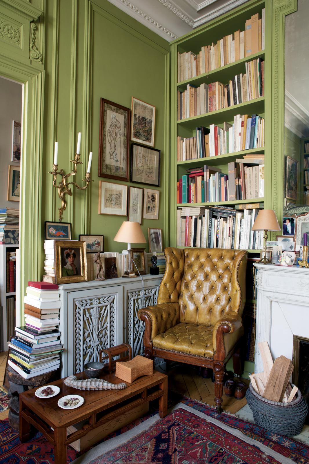Vous avez dit atmosphère ?Un coin de l'appartement de Pierre Le-Tan. Photographie parue dans l'ouvrage d'Éric Jansen publié aux éditions Gourcuff-Grad