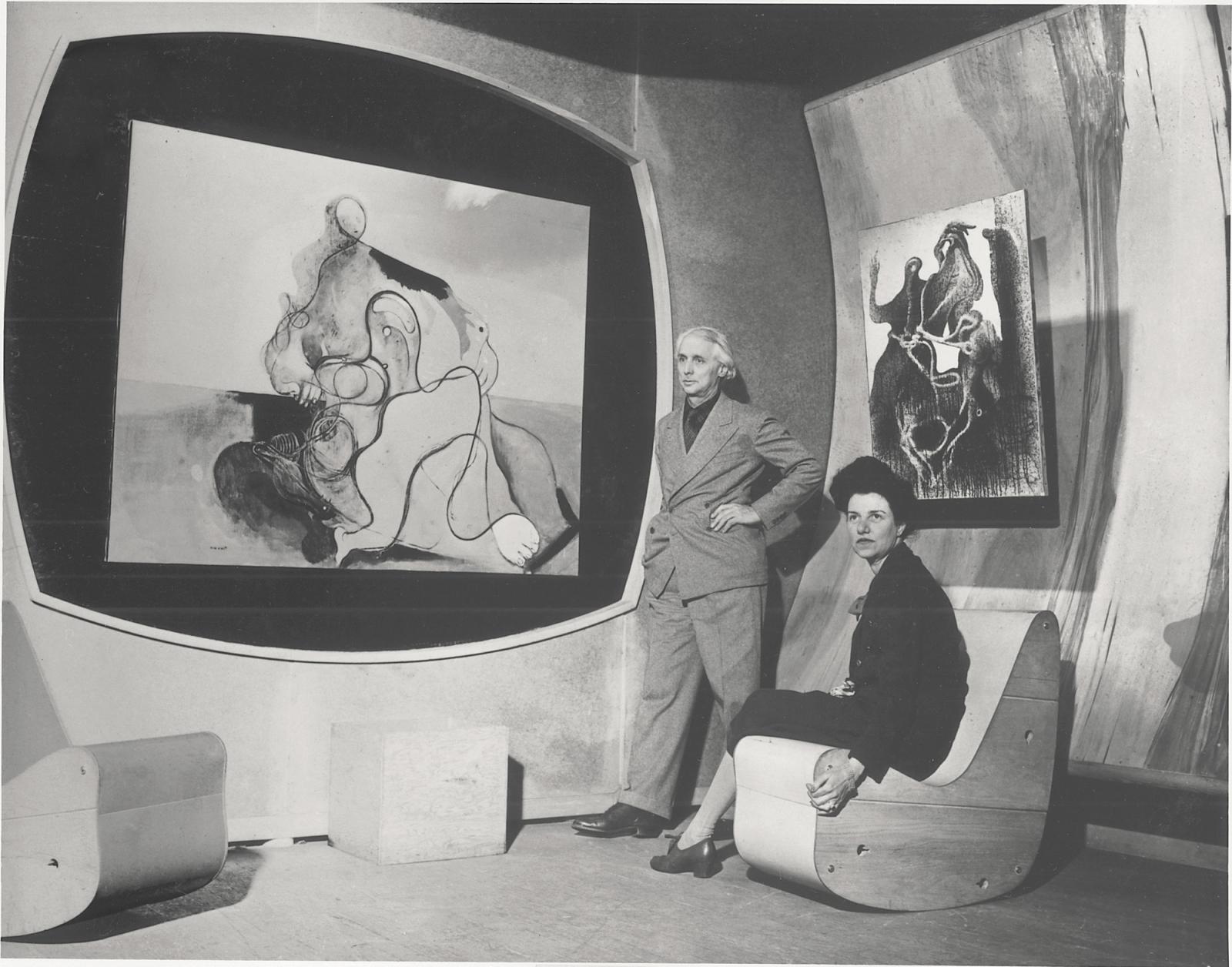Peggy Guggenheim et Max Ernst dans la galerie surréaliste, Art of This Century, New York, vers 1942. De gauche à droite: Le Baiser  (1927, Peggy Gugg