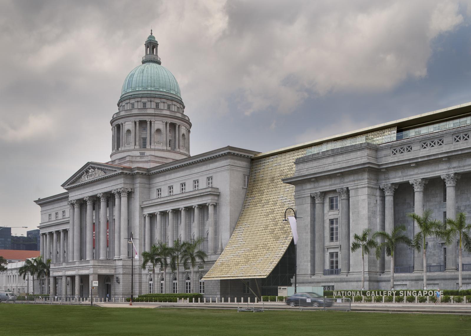 Vue de la façade de la National Gallery Singapore avec le voile qui marque l'entrée principale.