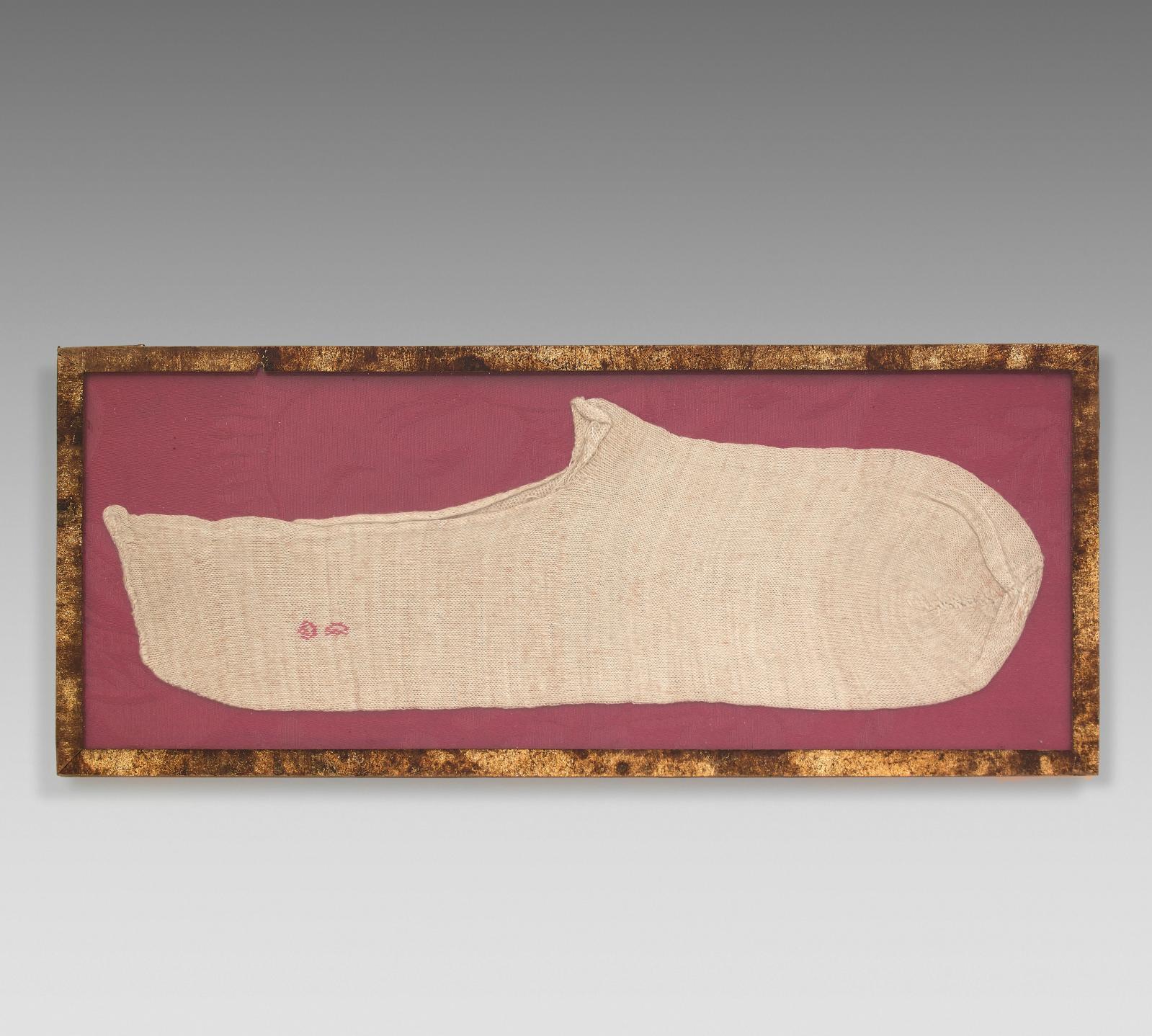Voici encore un document émouvant: le chausson, tricoté en fil de soie écru et brodé au fil rouge de l'initiale «D», porté par le dernier fils de Lou