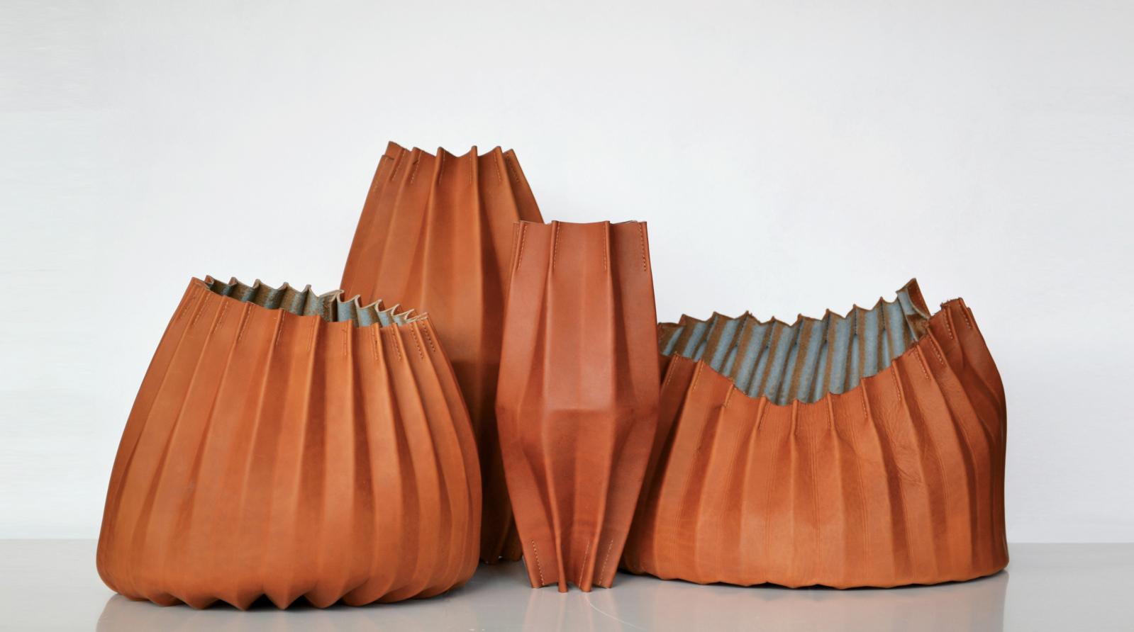 «Cuir de caractère», design Laëtitia Fortin, 2013. Contenants en cuir de veau plié, refente et couture machine, 35x35x25cm, 30x30x35cm, 15x