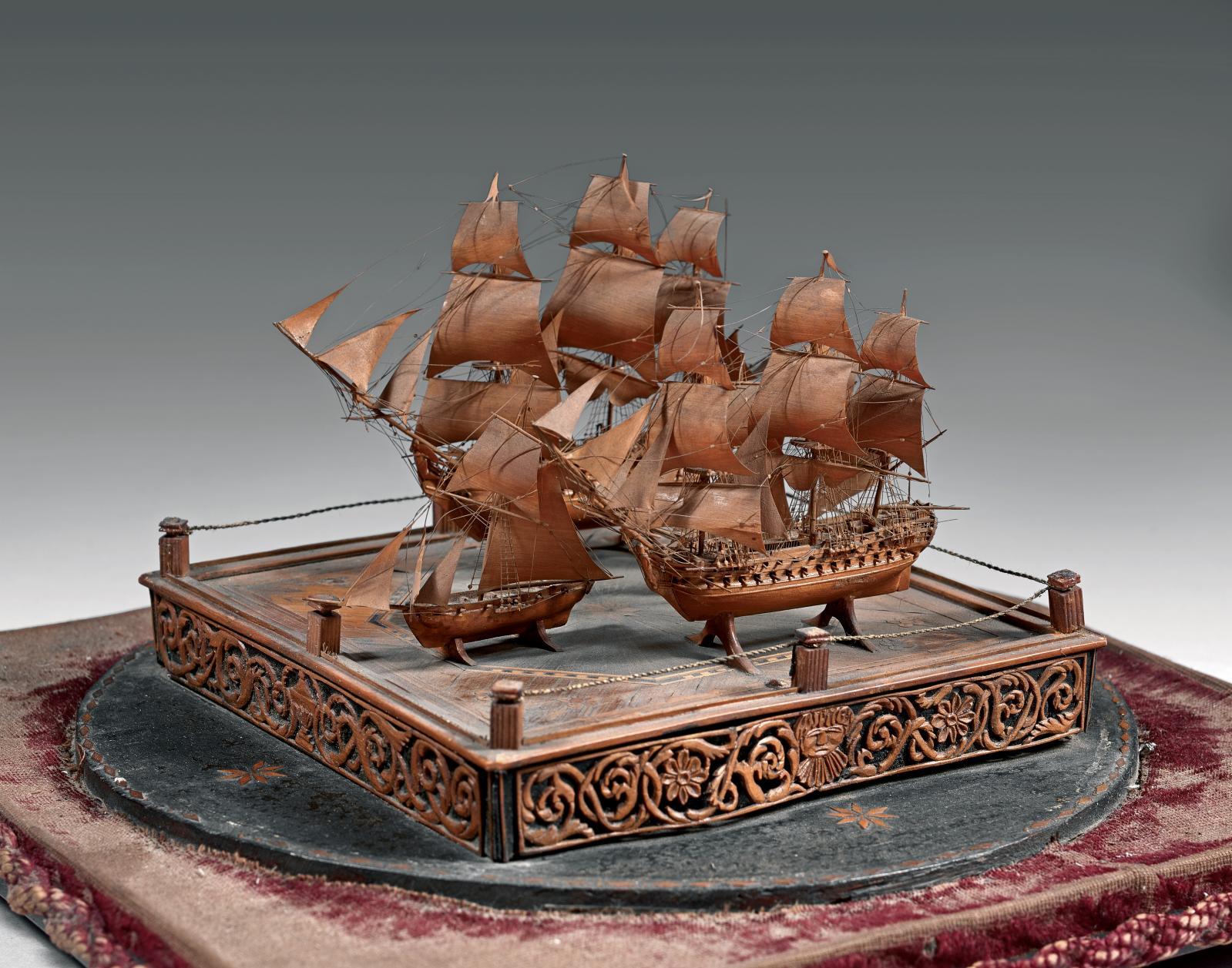 Maquette de ponton du premier Empire, représentant une flotte de quatre bateaux en bois sculpté, 25x24cm,socle compris. Paris, Drouot-Richelieu, le
