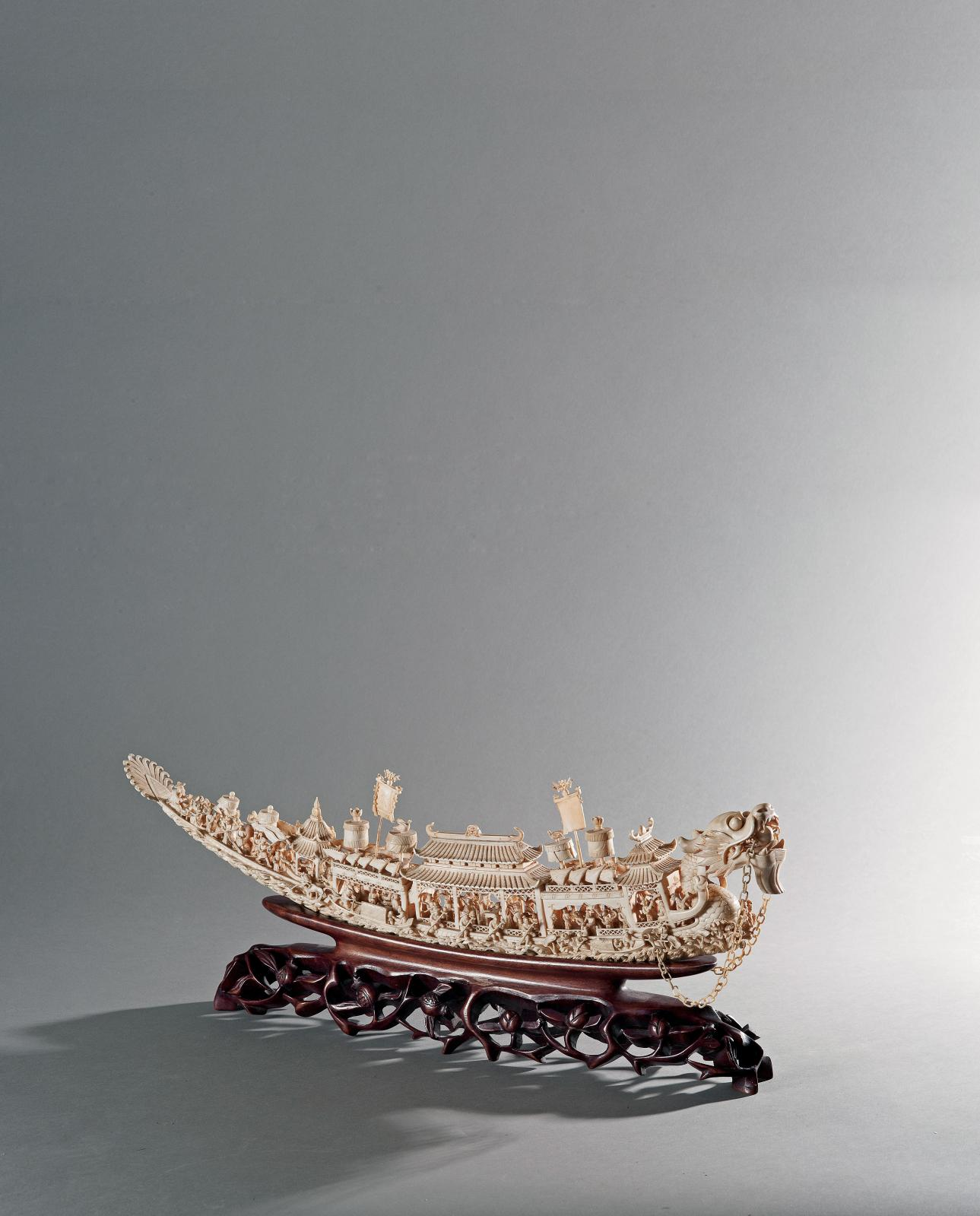 Groupe en ivoire représentant une jonque à tête de dragon, Chine, début du XXe siècle. l. 49cm. Paris, Drouot-Richelieu, 15mai2013. Delorme &Colli