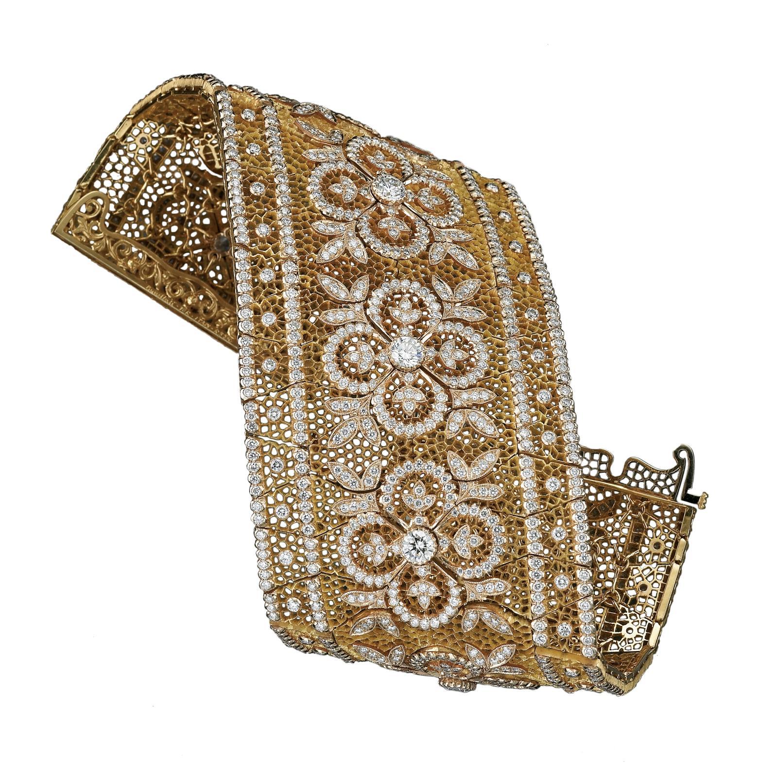 Créé dans les années 1930 par Mario Buccellati, ce bracelet s'inspire du palais ducal de Venise et reproduit les motifs qui ornent sa façade.