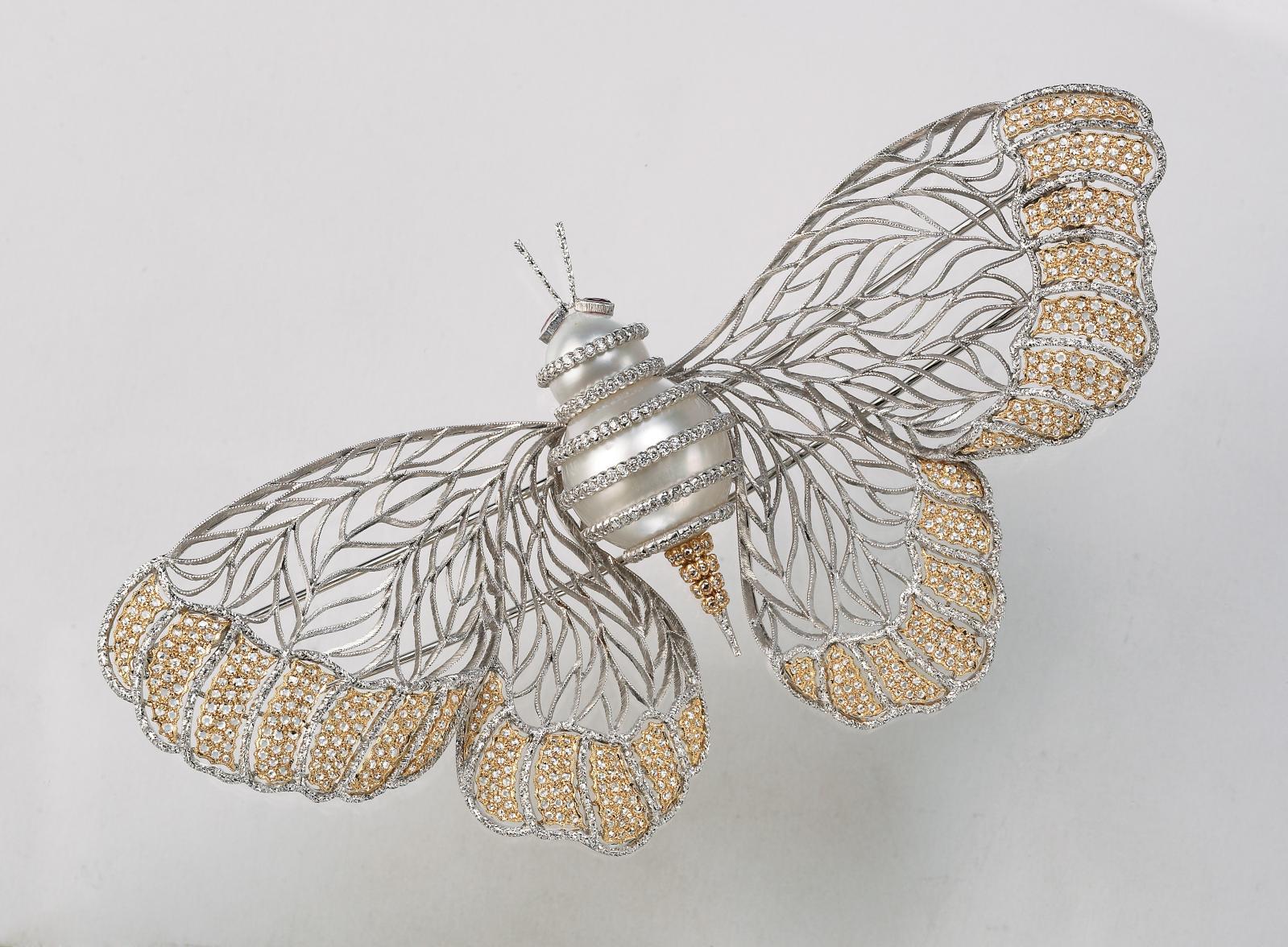 Broche papillon avec ailes en tulle, or jaune, or blanc, perles et diamants, accompagnée de son dessin.