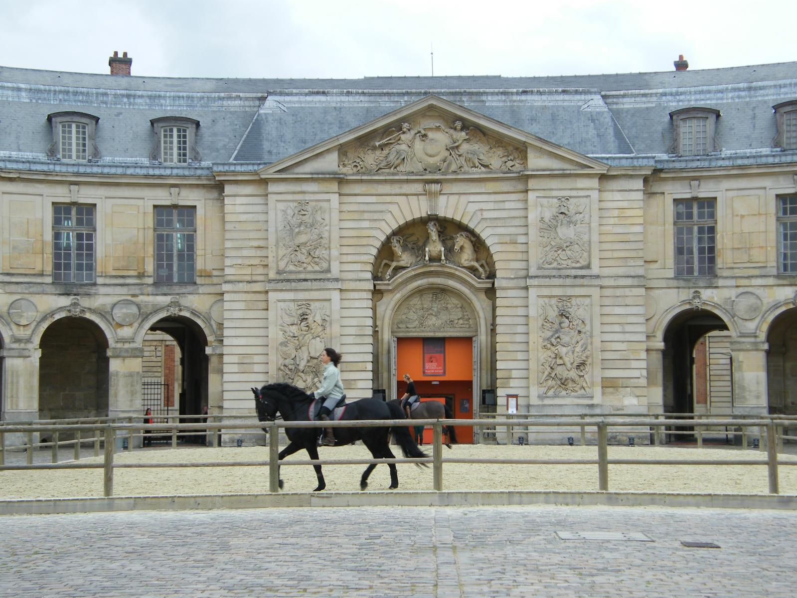 Grandes écuries de Versailles, grande cour et pavillon du manège. DR