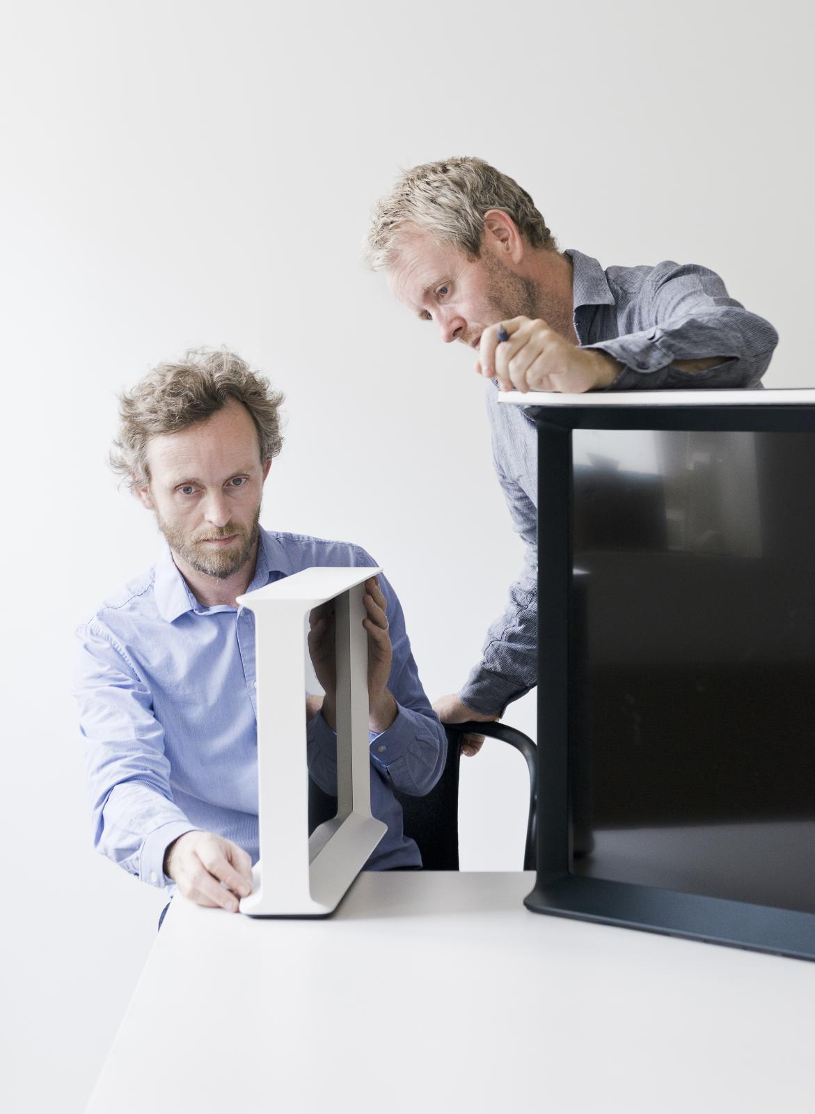 Portrait de Ronan et Erwan Bouroullec avec la télévision pour Samsung, rétrospective, FRAC Bretagne.