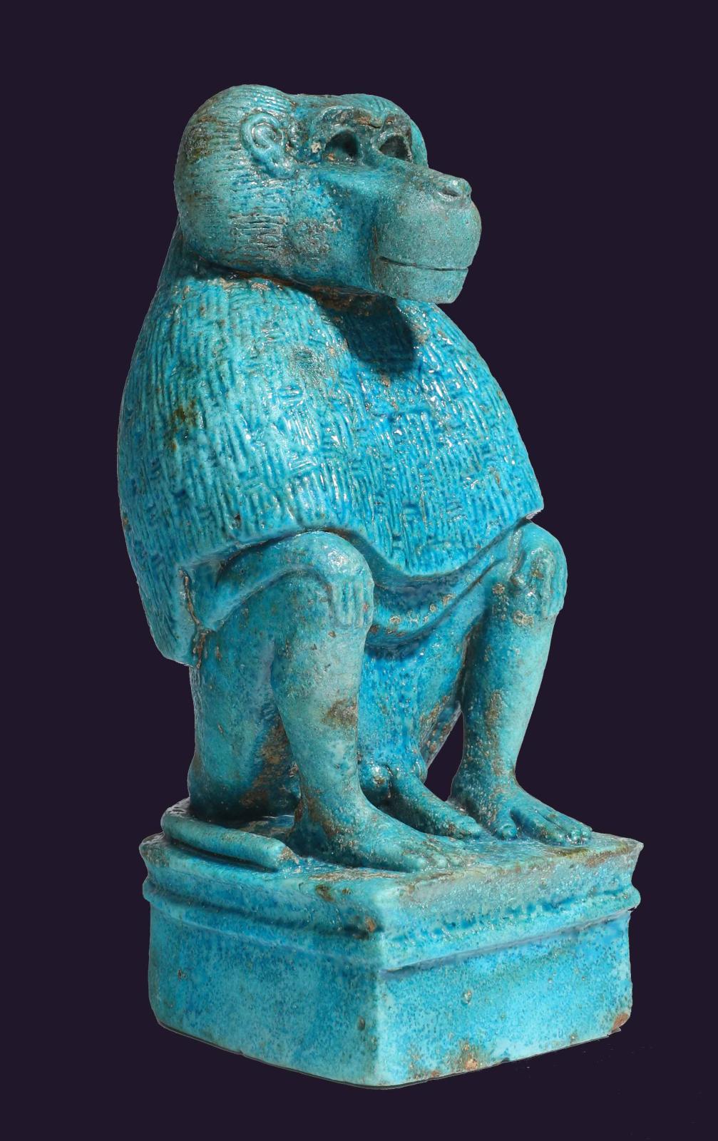 Égypte, Nouvel Empire, XIXe-XXe dynastie, 1200av. J.-C.Dieu Thot sous la formed'un babouin, faïence, h. 15cm. Galerie Cybele. Photo Cybele.