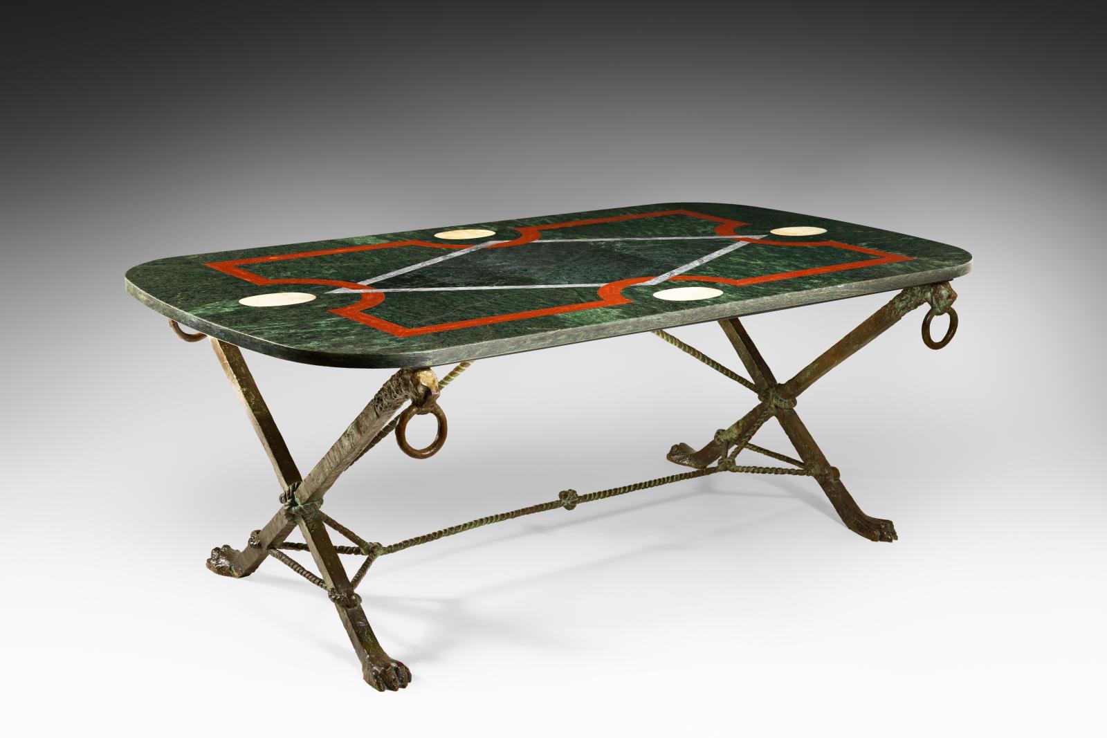 André Arbus (1903-1969), table au plateau rectangulaire en marbre vert foncé orné d'une marqueterie de marbres sur un piétement en bronze patiné brun