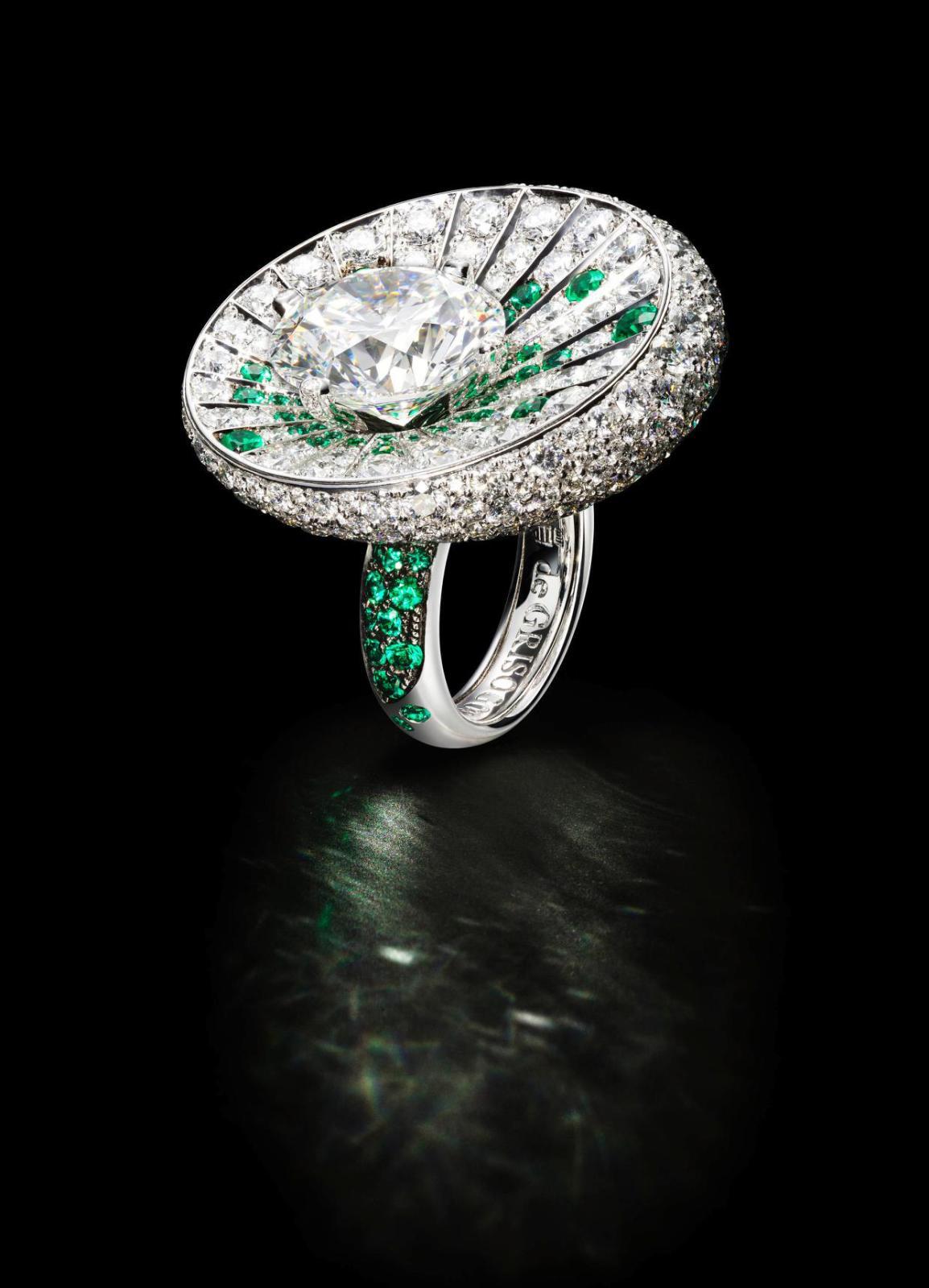 Bague en or blanc sertie d'un diamant rond de 10,15ct, de 84émeraudes pour 1,20ct et de 387diamants blancs pour 8,97ct. De Grisogono.
