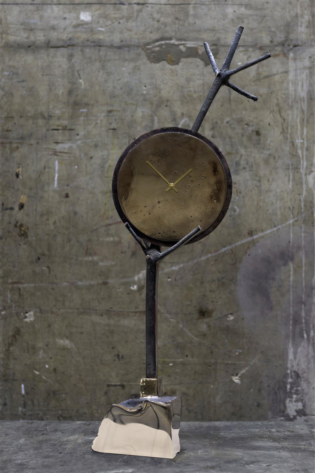 Kiki van Eijk (née en 1978), Civilised Primitives (Clock), 2016, bronze, 40x25x90cm.