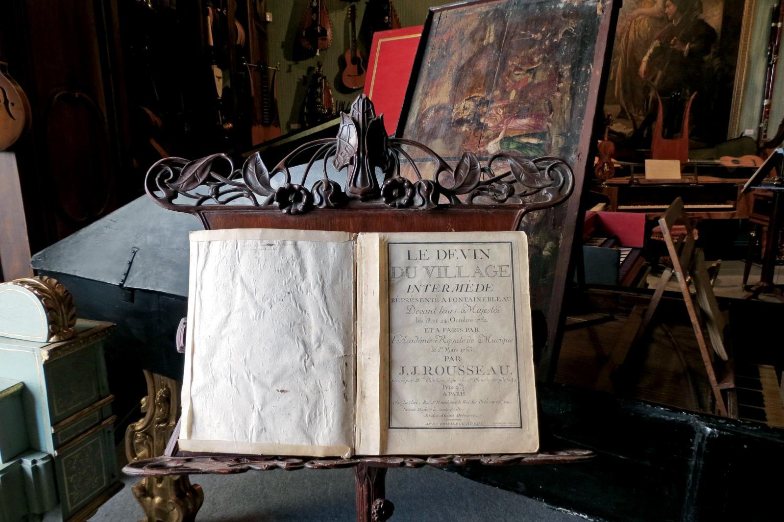 La partition du Devin du village de Jean-Jacques Rousseau, devant un clavecin italien de 1634. Photo DR