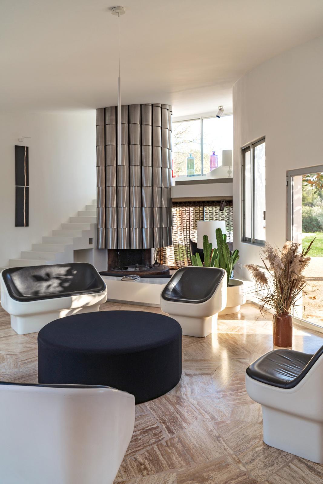 Le salon de la villa Benkemoun, avec la cheminée décorée par Max Sauze.