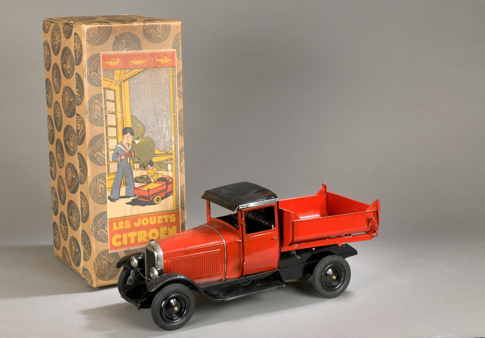 Les Jouets Citroën. Camion à benne basculante en tôle peinte rouge, toit de cabine et châssis noir, mécanique (clé d'origine) avec éclairage électriqu