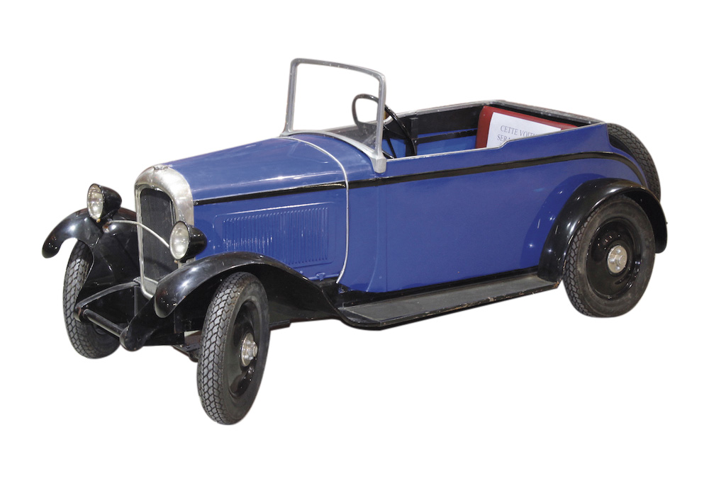 Citroënette de 1930 cabriolet C6, moteur électrique, à carrosserie de tôle sur armature de bois, l.18cm. Nîmes, 21mars 2018. Hôtel des ventes de N