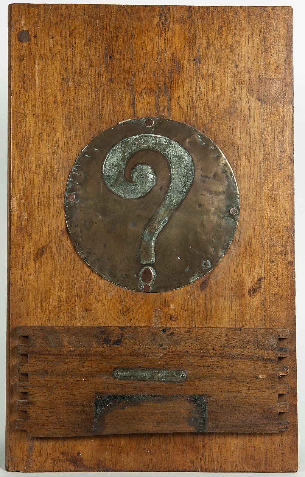 Point d'interrogation du Pourquoi-Pas?, fragment de plaque en métal fixé sur support bois, Muséum national d'histoire naturelle, Paris.