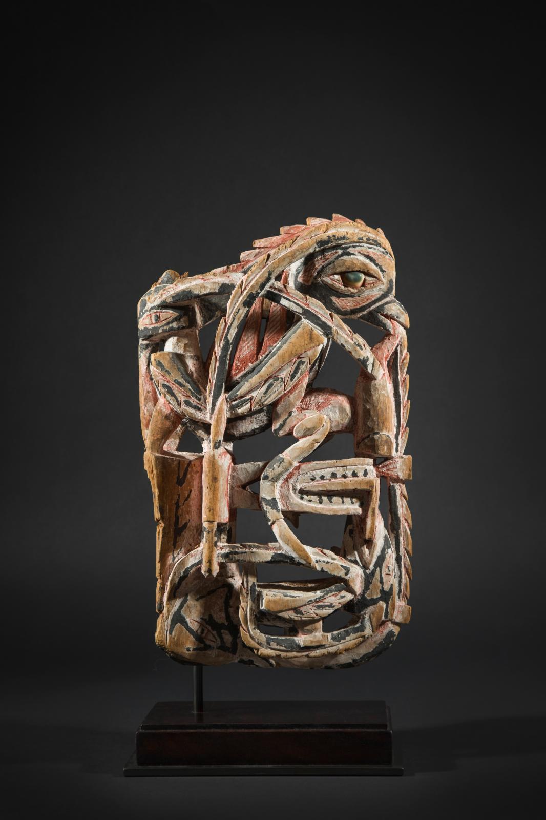 Archipel Bismarck, Nouvelle-Irlande, vers 1870. Proue de pirogue, bois sculpté, pigments, coquillages, h. 33cm. Galerie Flak.