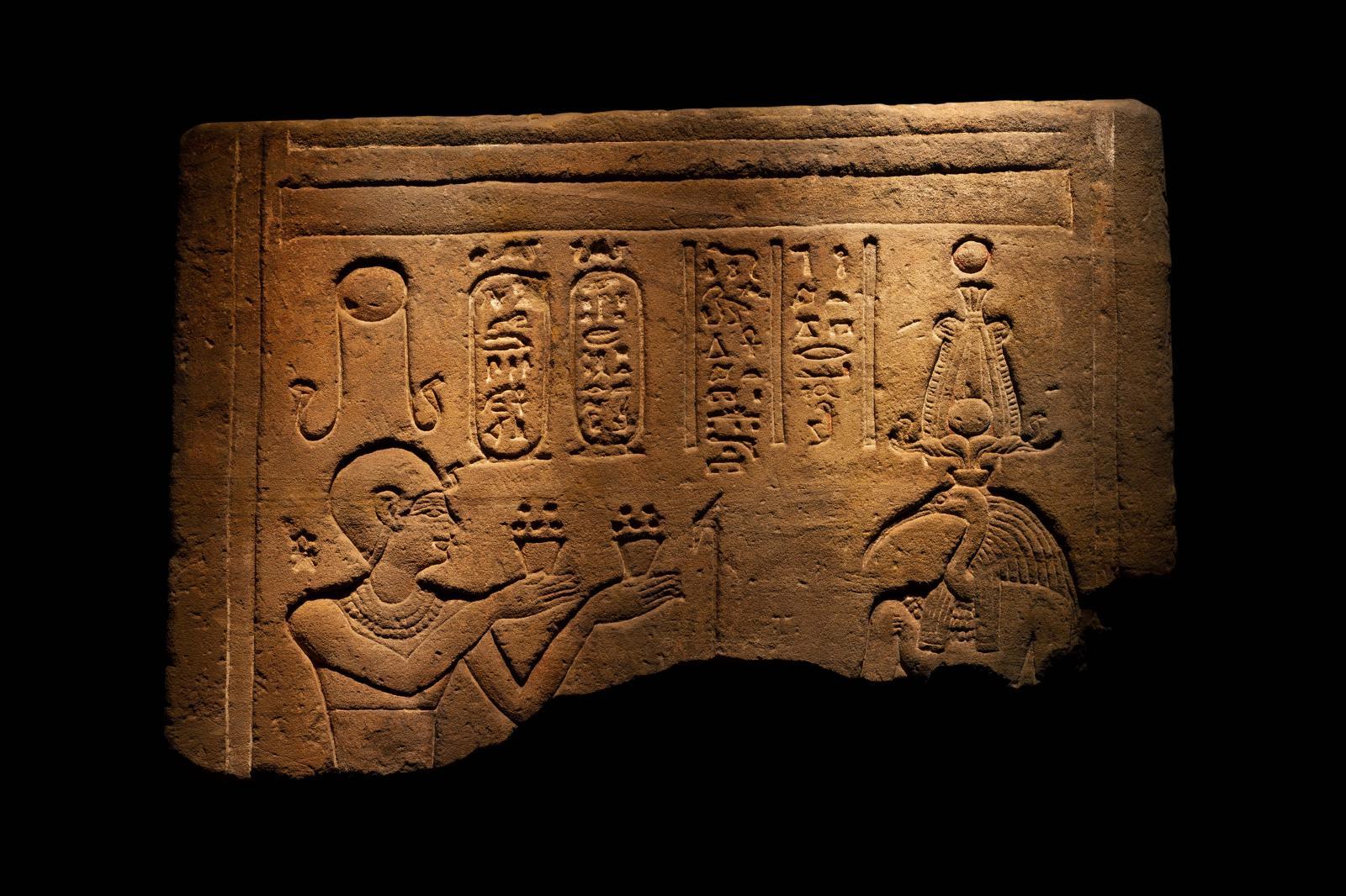 Égypte, dynastie lagide, règne de Ptolémée XII (80-51 av. J.-C.). Relief du temple du pharaon Ptolémée XII, grès, 78 x 52cm. J. Bagot Arqueología S.L