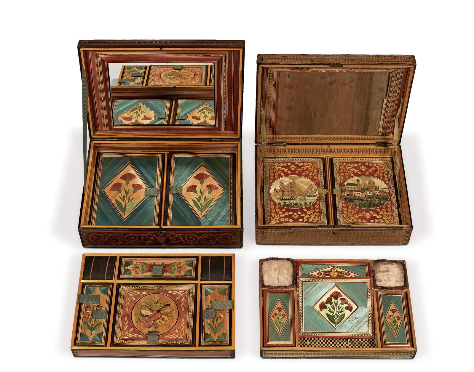 Deux coffrets en marqueterie de paille du début du XIXesiècle, ornés notamment pour l'un de trophées de musique (lot n° 55 du catalogue), pour l'autr
