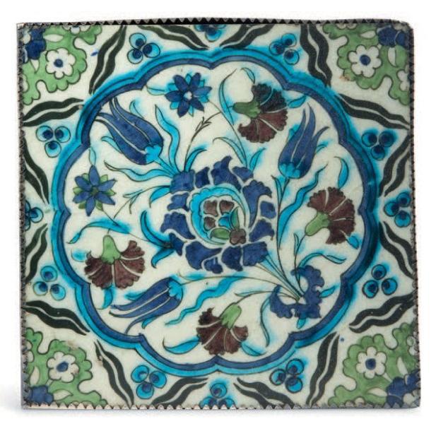 2447€Syrie, vers 1600. Carreau en céramique siliceuse polychrome à décor d'un médaillon orné d'un bouquet de tulipes, œillets et églantines autour d