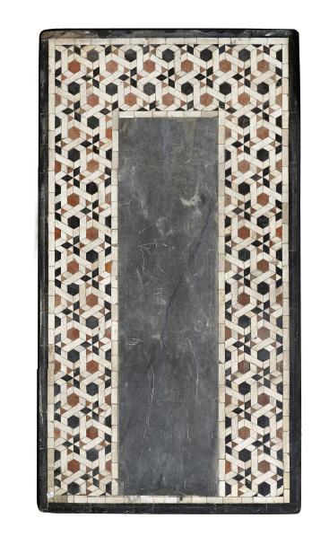 9375€Égypte, XVe-XVIesiècle, fin de l'époque mamelouke ou début de la période ottomane. Panneau de marbre et incrustations de marbre, 69x125x7